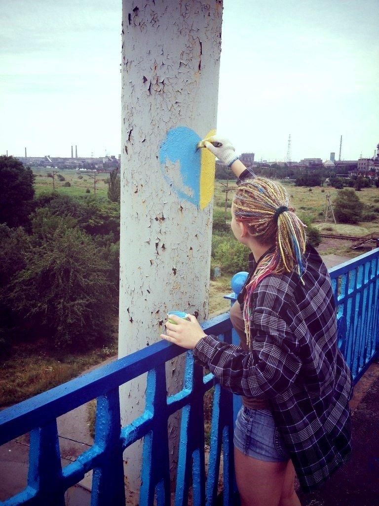 В Мариуполе пост-мост докрасили в сине-желтый цвет (Фотофакт), фото-3