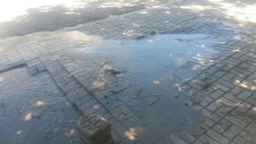 По Мариуполю растекается зловонная вода (ФОТО), фото-1