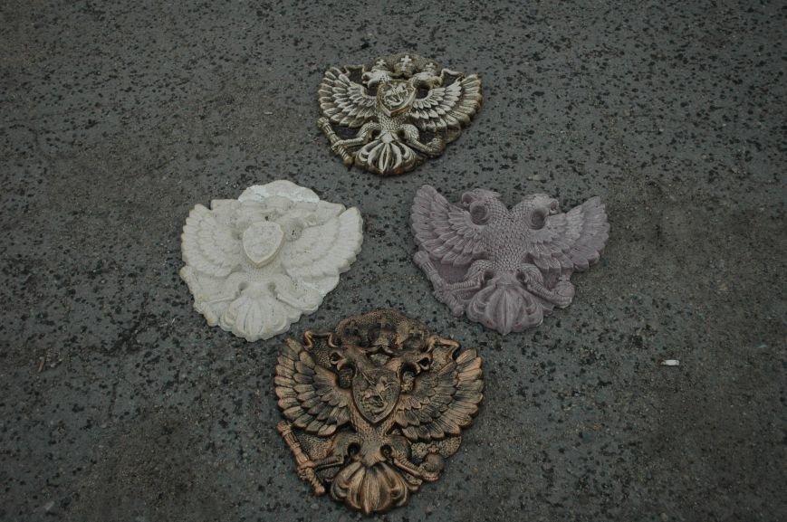 В Запорожье Правый сектор обнаружил склад с российскими гербами (ФОТО), фото-1