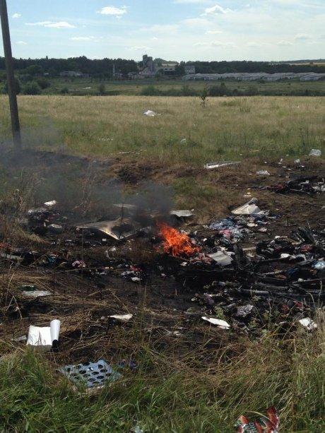На місці авіакатастрофи боїнгу горять речі загиблих (ФОТО), фото-1