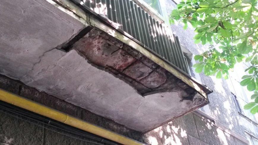 В Мариуполе на Аллею вдов осыпался балкон (Фотофакт), фото-1