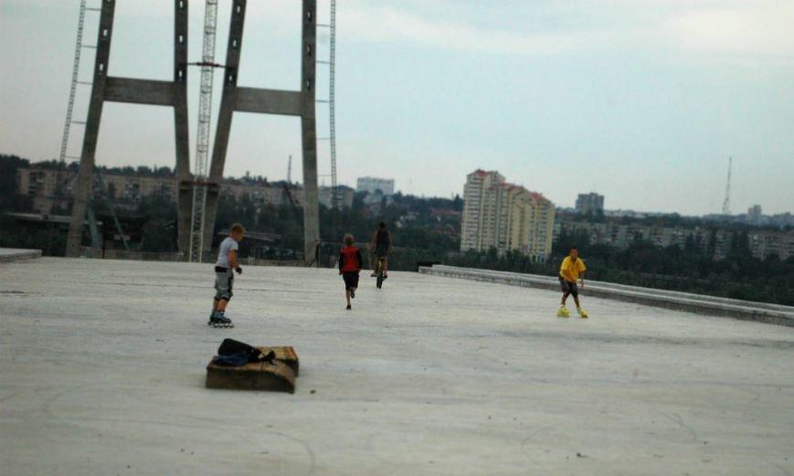 ФОТОРЕПОРТАЖ: В Запорожье недостроенные мосты облюбовали школьники на роликах и велосипеде, фото-1