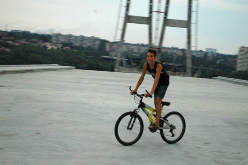 ФОТОРЕПОРТАЖ: В Запорожье недостроенные мосты облюбовали школьники на роликах и велосипеде, фото-2