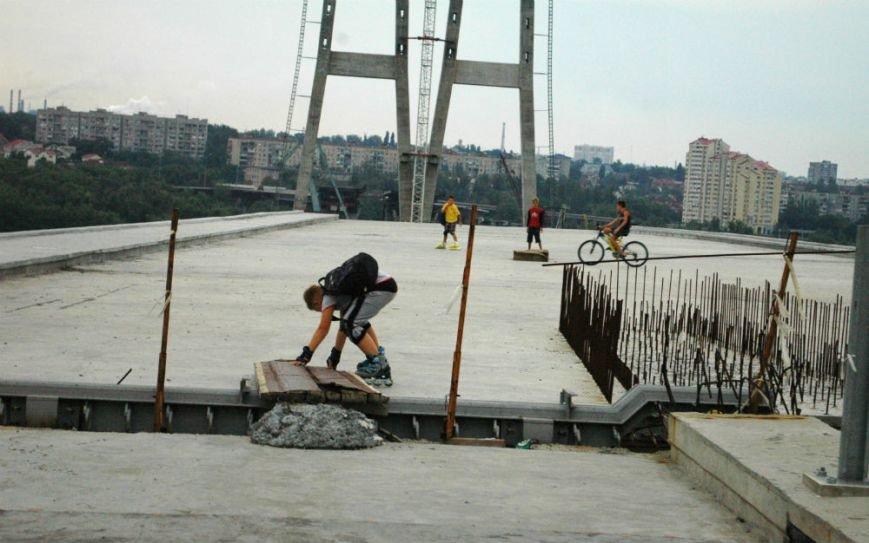 ФОТОРЕПОРТАЖ: В Запорожье недостроенные мосты облюбовали школьники на роликах и велосипеде, фото-5