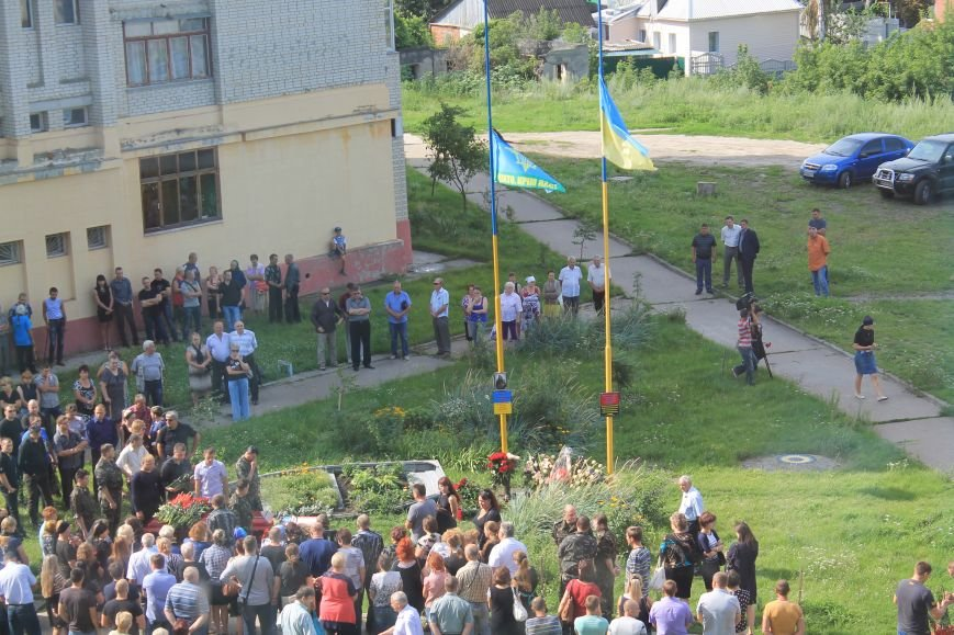 Около сотни сумчан пришли к дому погибшего в АТО Максиму Савченко (ФОТО), фото-3