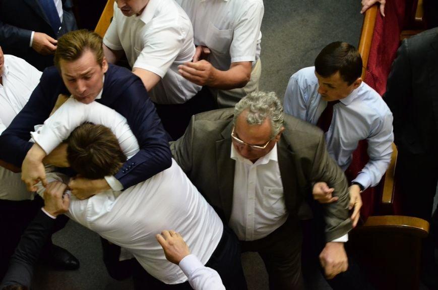 З Верховної Ради депутати витягли Симоненка за волосся та стусанами (фоторепортаж), фото-3