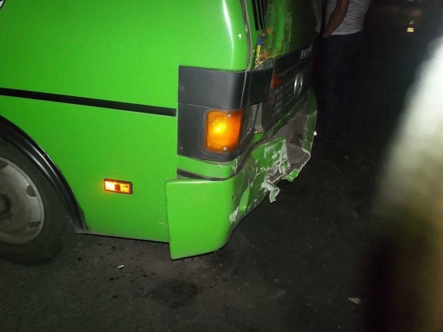 В Харькове маршрутный автобус врезался в трамвай, фото-3