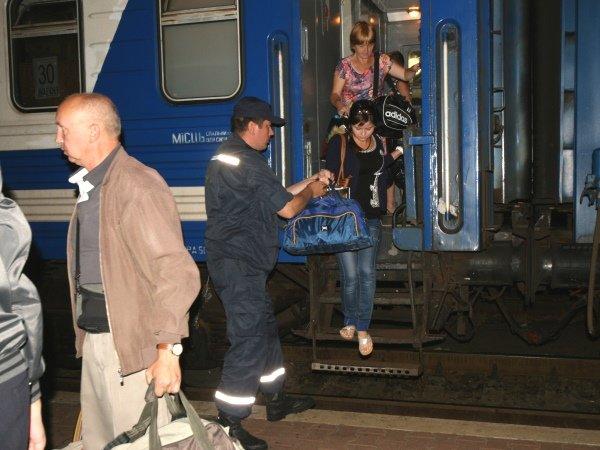 Столичные спасатели встретили 50 переселенцев из Донбасса (ФОТО), фото-3