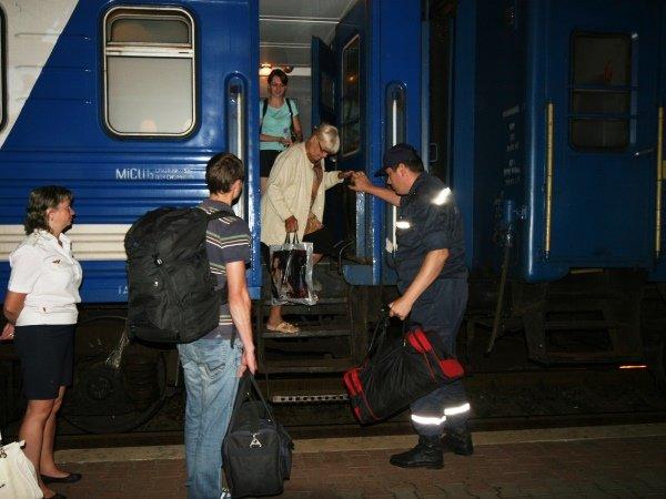 Столичные спасатели встретили 50 переселенцев из Донбасса (ФОТО), фото-2