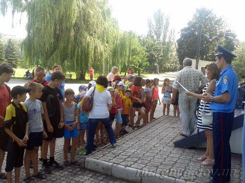 В Мариуполе дети и сотрудники ГАИ  сообщили, что «Лето красное – безопасное» (ФОТО), фото-1