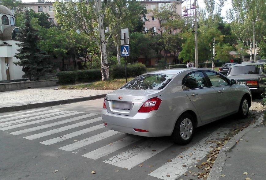 ФОТОФАКТ: «Зебру» в центре Запорожья снова перегородил автомобиль, фото-1