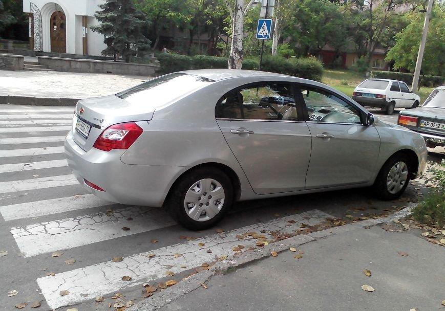 ФОТОФАКТ: «Зебру» в центре Запорожья снова перегородил автомобиль, фото-2