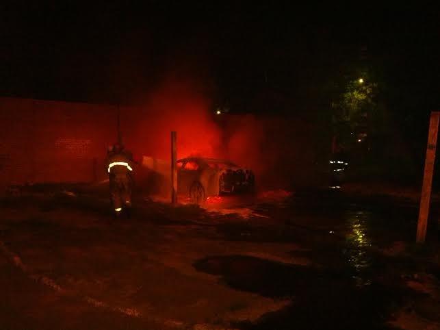 В Мариуполе  возле пр. Строителей стреляли, а потом подожгли «Хонду», бросив  коктейли Молотова (ФОТО), фото-3
