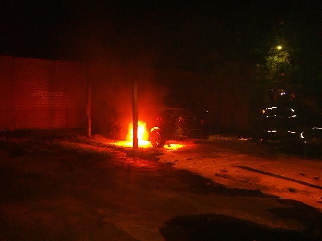 В Мариуполе  возле пр. Строителей стреляли, а потом подожгли «Хонду», бросив  коктейли Молотова (ФОТО), фото-2