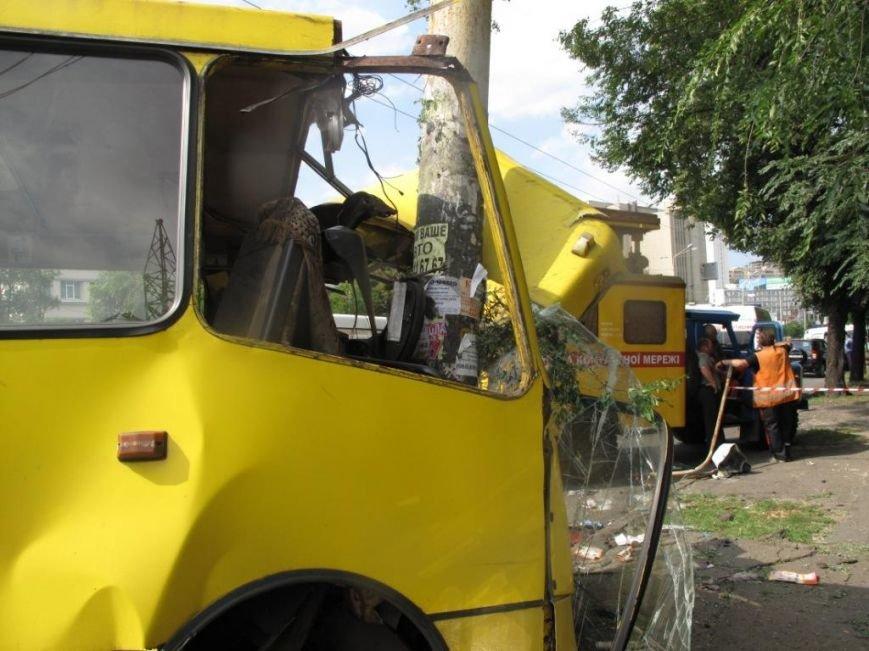 В Киеве машрутка влетела в столб. Есть пострадавшие (ФОТО), фото-5