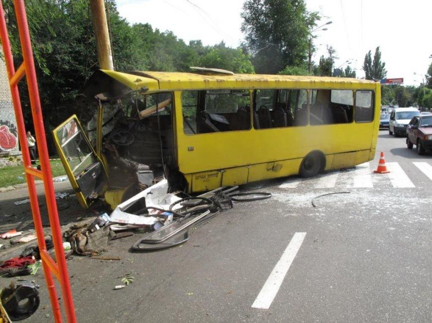 В Киеве машрутка влетела в столб. Есть пострадавшие (ФОТО), фото-4
