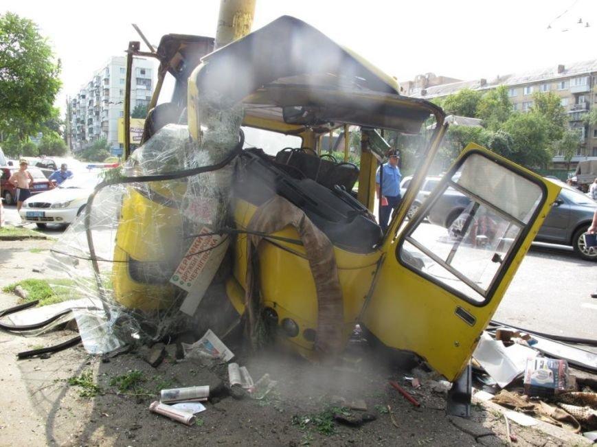 В Киеве машрутка влетела в столб. Есть пострадавшие (ФОТО), фото-1