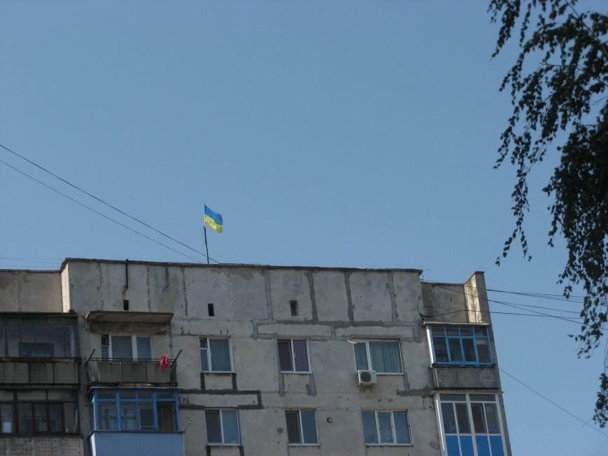 На центральных улицах Красноармейска появились украинские флаги и символика батальона «Донбасс», фото-1