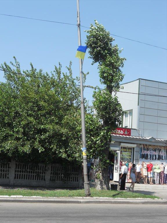 На центральных улицах Красноармейска появились украинские флаги и символика батальона «Донбасс», фото-5