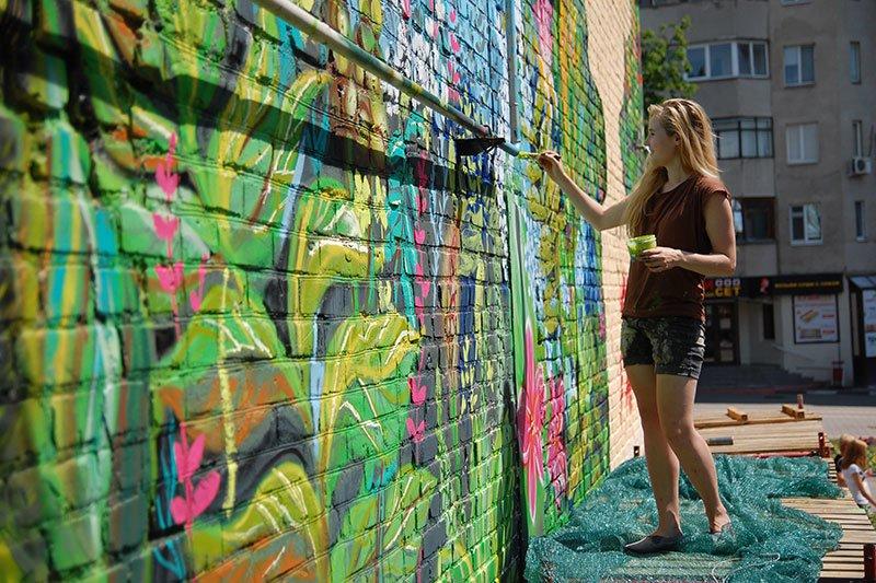 Победительницы конкурса граффити расписали дом в центре Белгорода, фото-1