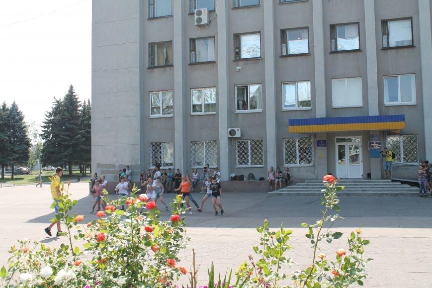 В Красноармейске на главной площади города прошел флешмоб: юные украинцы за здоровый образ жизни, фото-8