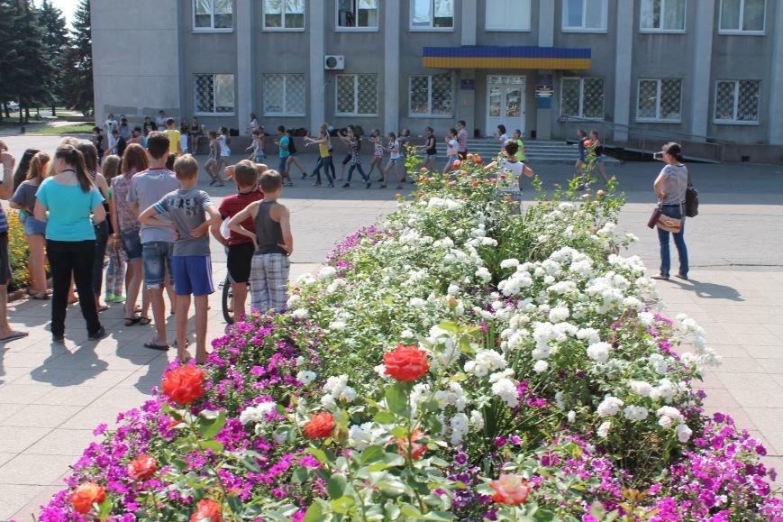 В Красноармейске на главной площади города прошел флешмоб: юные украинцы за здоровый образ жизни, фото-12