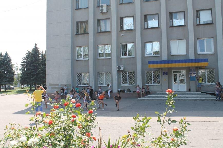 В Красноармейске на главной площади города прошел флешмоб: юные украинцы за здоровый образ жизни, фото-9