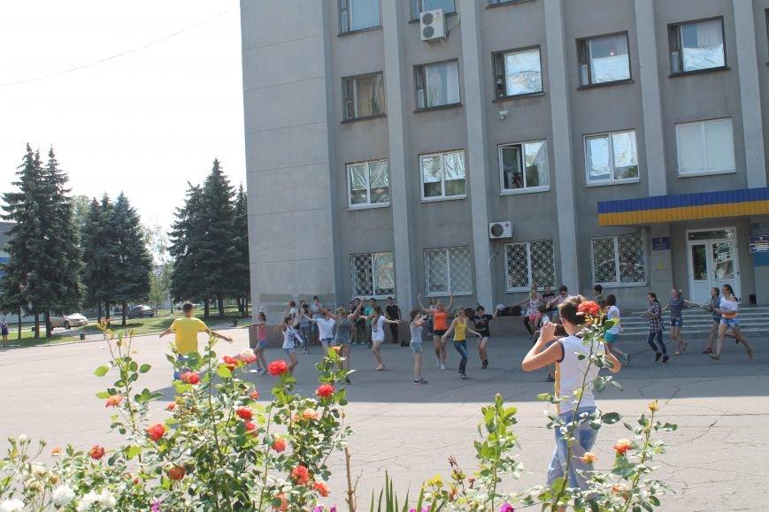 В Красноармейске на главной площади города прошел флешмоб: юные украинцы за здоровый образ жизни, фото-10