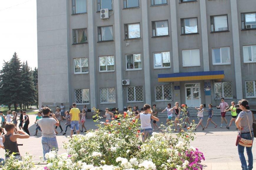 В Красноармейске на главной площади города прошел флешмоб: юные украинцы за здоровый образ жизни, фото-15