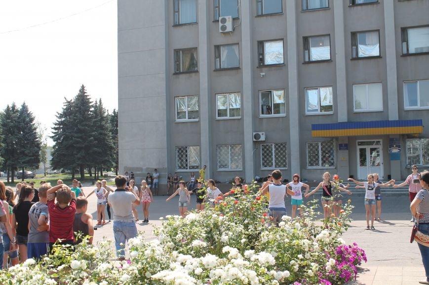 В Красноармейске на главной площади города прошел флешмоб: юные украинцы за здоровый образ жизни, фото-16