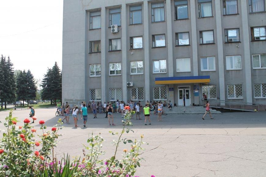 В Красноармейске на главной площади города прошел флешмоб: юные украинцы за здоровый образ жизни, фото-3