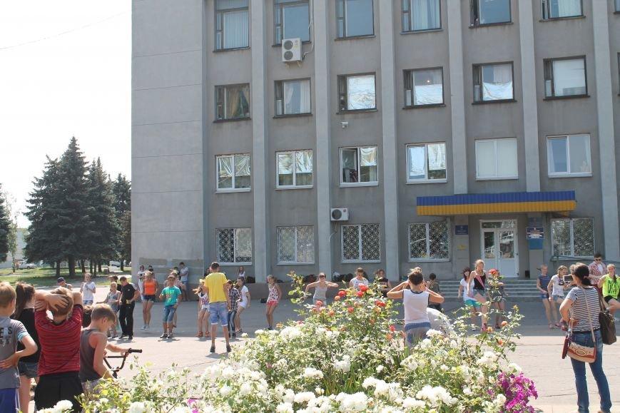 В Красноармейске на главной площади города прошел флешмоб: юные украинцы за здоровый образ жизни, фото-14