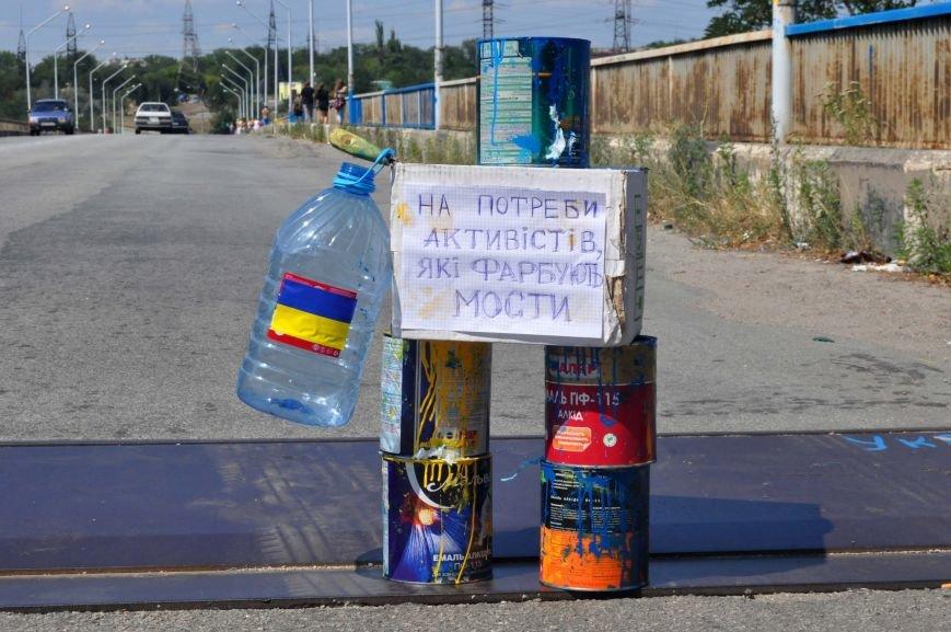 В Запорожье школьники приступили к раскрашиванию арочного моста, фото-5