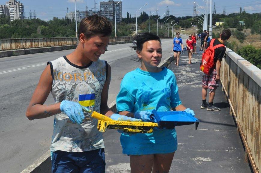 В Запорожье школьники приступили к раскрашиванию арочного моста, фото-2