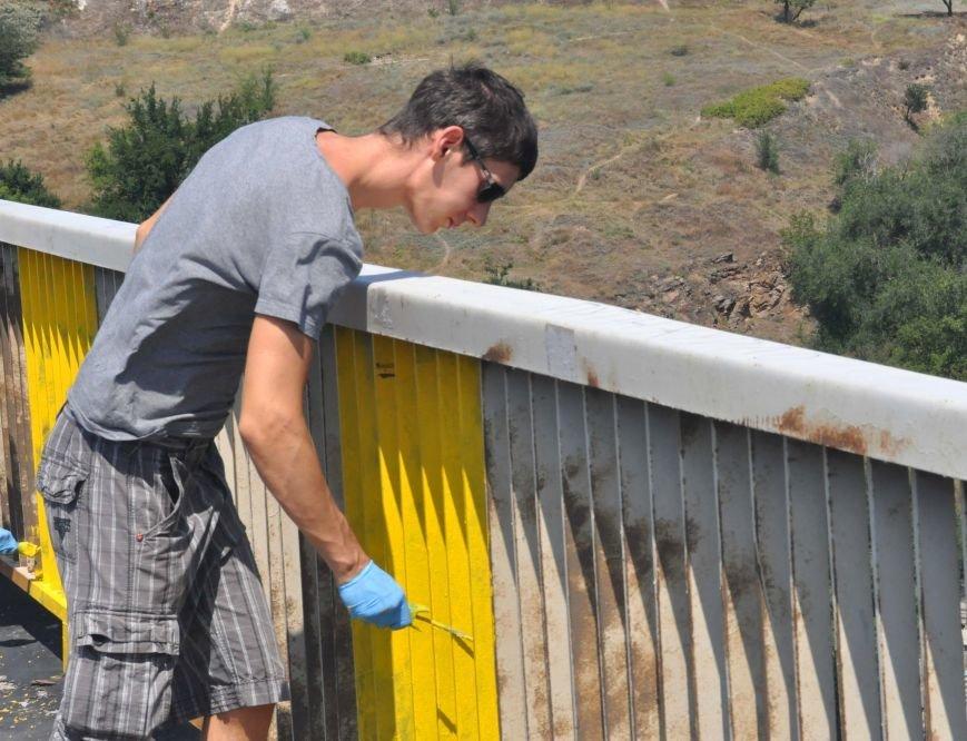 В Запорожье школьники приступили к раскрашиванию арочного моста, фото-6