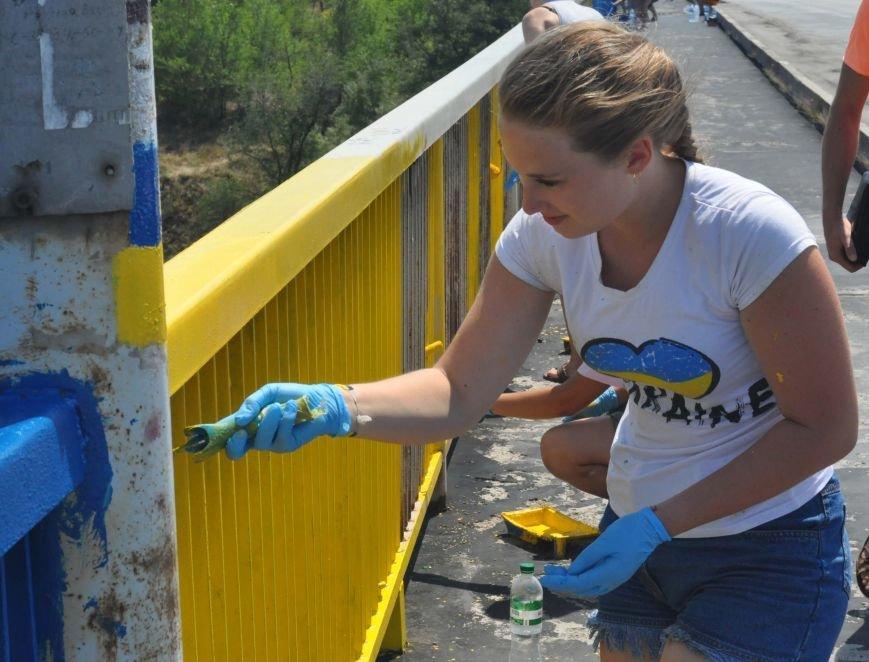 В Запорожье школьники приступили к раскрашиванию арочного моста, фото-7