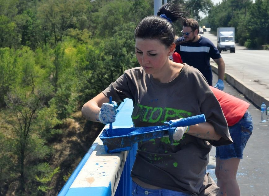 В Запорожье школьники приступили к раскрашиванию арочного моста, фото-1