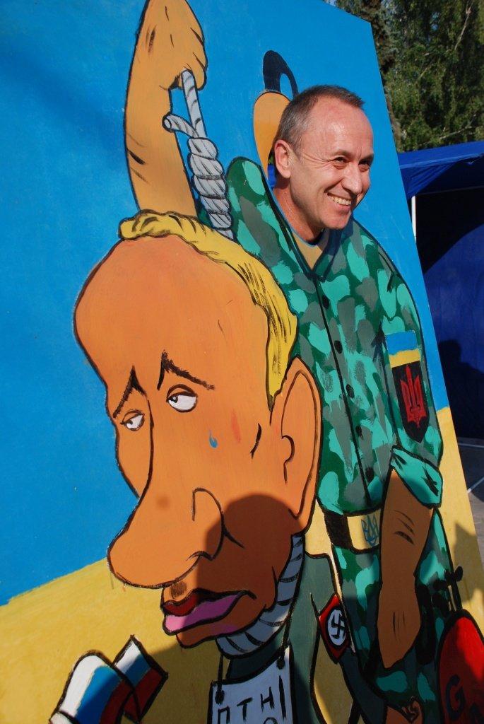 В центре Чернигова любой желающий мог повесить Путина, фото-8