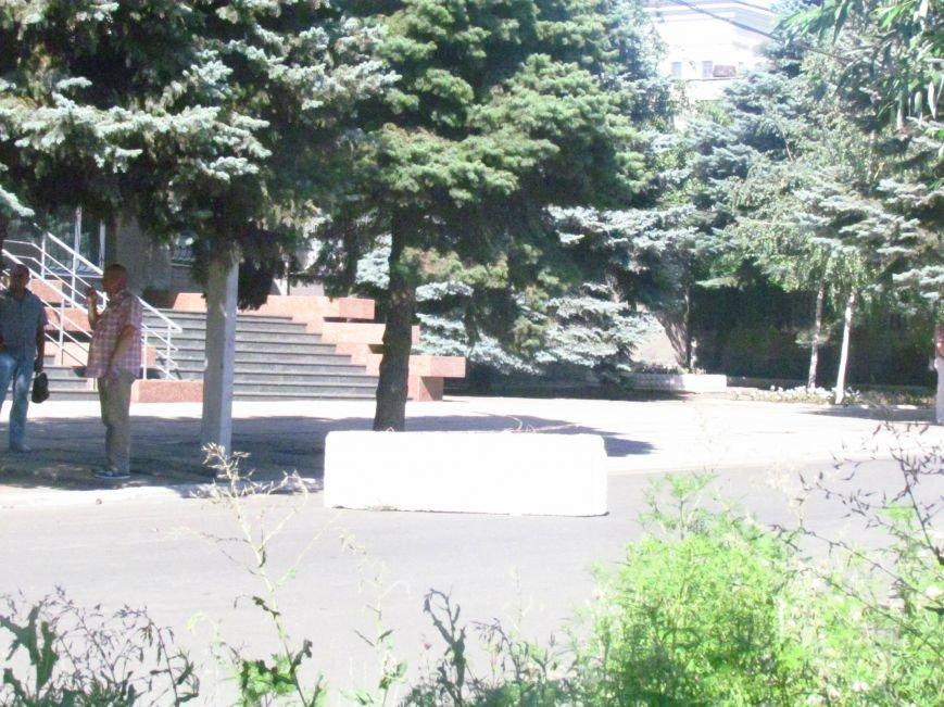 В Мариуполе у здания СБУ появились бетонные блоки (ФОТОФАКТ), фото-5