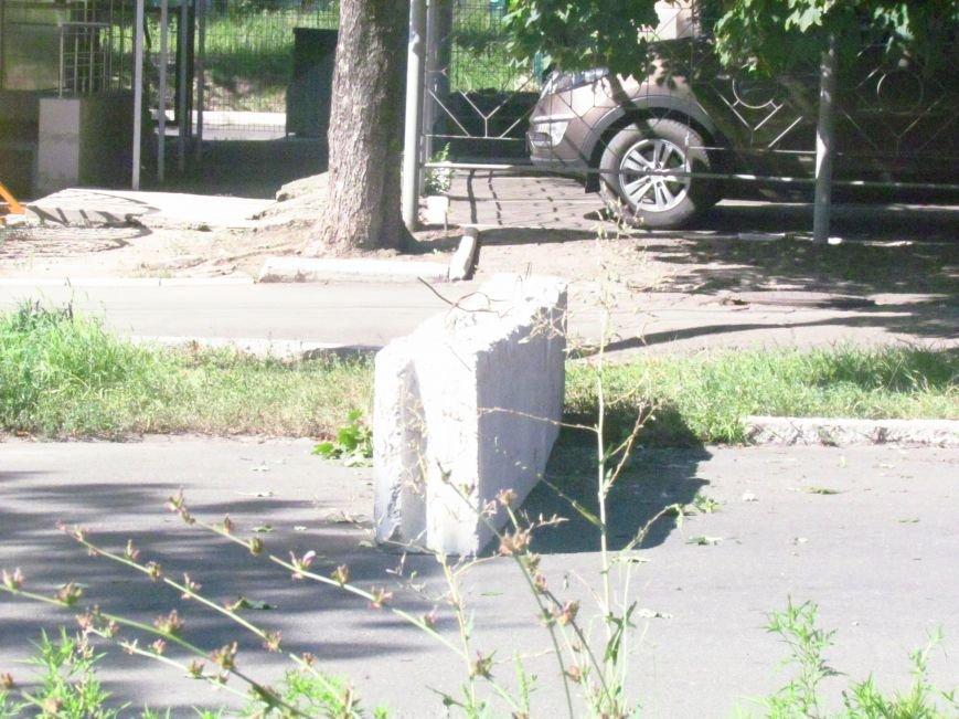 В Мариуполе у здания СБУ появились бетонные блоки (ФОТОФАКТ), фото-3