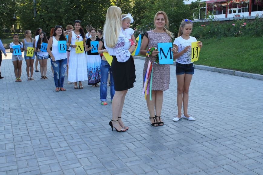 Сумчанки устроили флешмоб в центре города, чтобы поддержать военнослужащих (ФОТО), фото-2