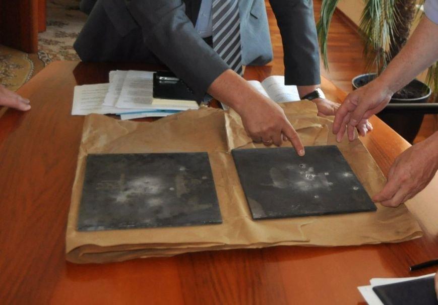 ФОТОФАКТ: Запорожский губернатор показал обстрелянные пластины бронежилетов местного производства, фото-1