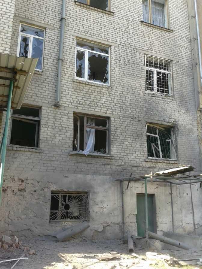 Луганская больница №8 пострадала от обстрела, тяжело ранены трое сотрудников (ФОТО), фото-1