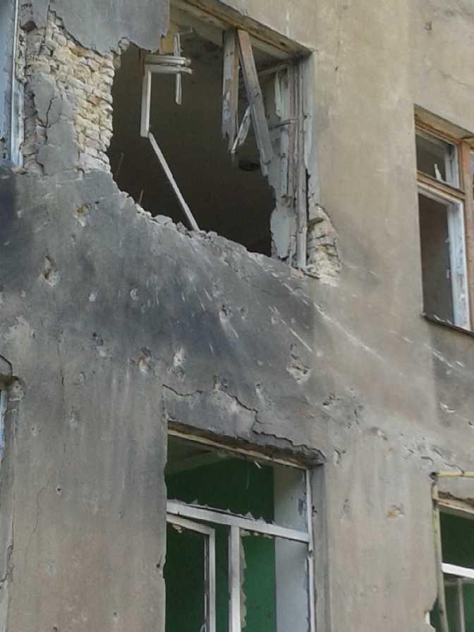 Луганская больница №8 пострадала от обстрела, тяжело ранены трое сотрудников (ФОТО), фото-2