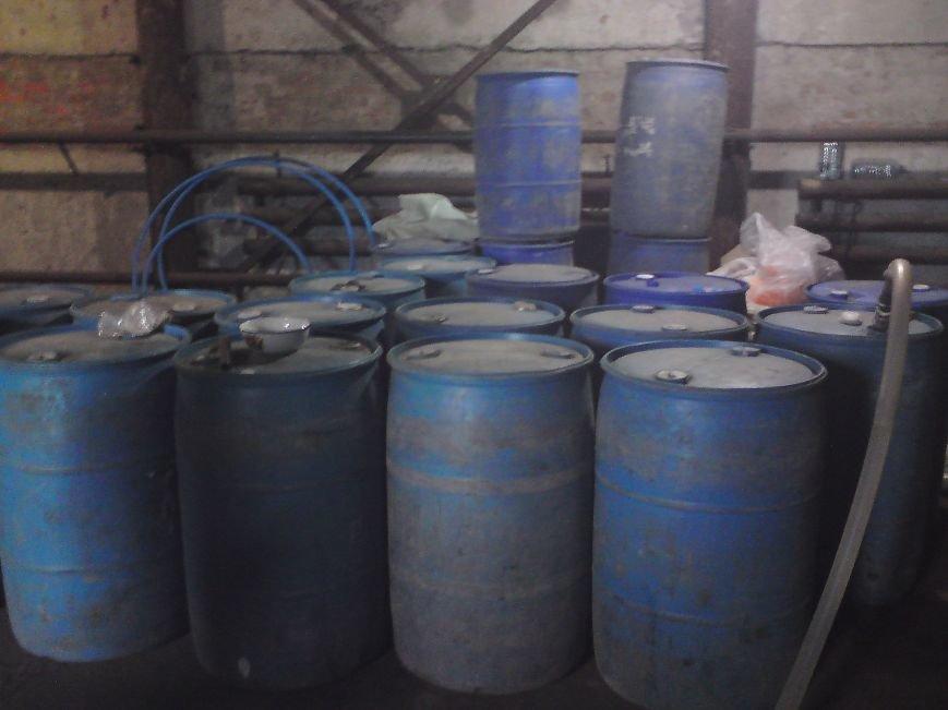 Оперативники Міндоходів Полтавщини у гаражі вилучили 27 тонн «лівого» спирту (Фото), фото-1