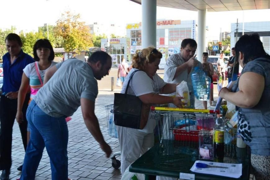 В Мариуполе покупатели супермаркета собрали детям-беженцам 3 тележки товаров и почти 900 грн (ФОТО), фото-7