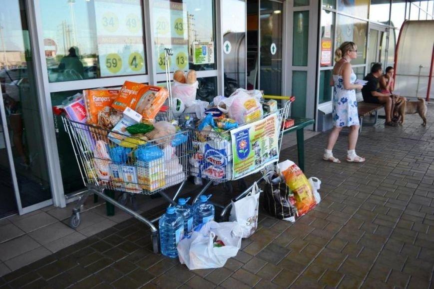В Мариуполе покупатели супермаркета собрали детям-беженцам 3 тележки товаров и почти 900 грн (ФОТО), фото-9