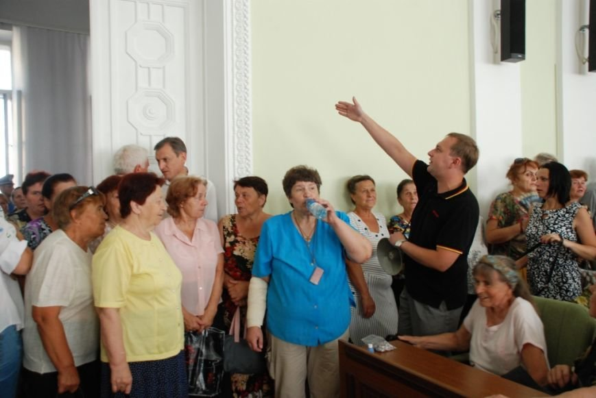 Сессию черниговского горсовета сорвали приведенные в зал пенсионеры, требующие снижения тарифов, фото-8