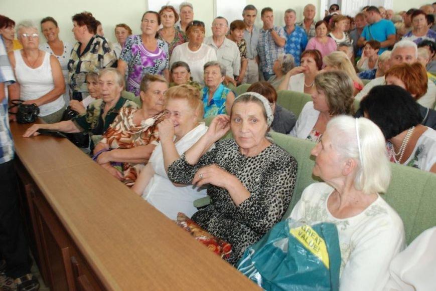 Сессию черниговского горсовета сорвали приведенные в зал пенсионеры, требующие снижения тарифов, фото-10