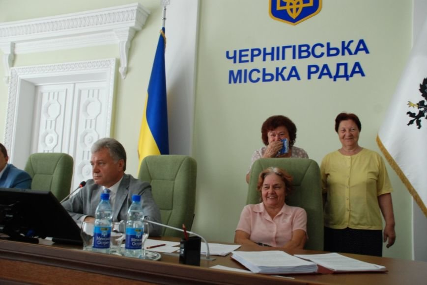 Сессию черниговского горсовета сорвали приведенные в зал пенсионеры, требующие снижения тарифов, фото-11